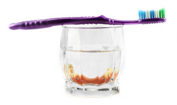 Herausnehmbarer Zahnersatz in antiseptischer Flüssigkeit