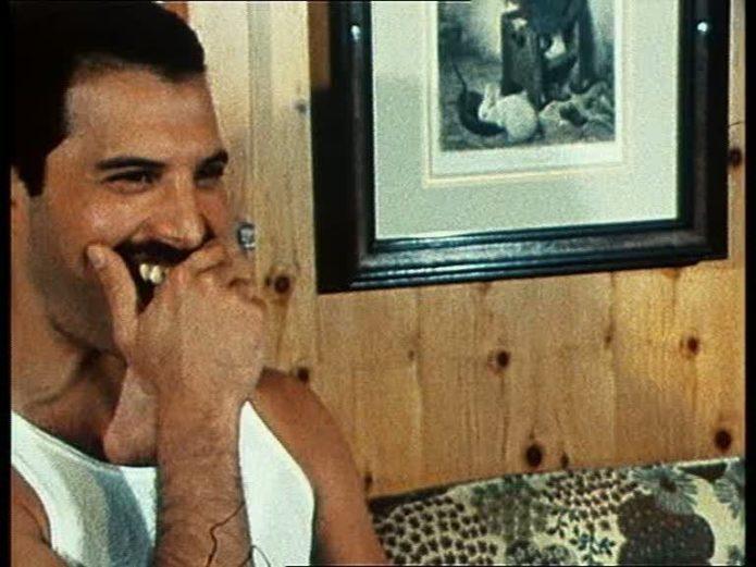 Freddie deckt die Zähne ab