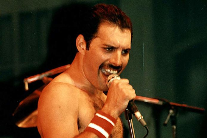 Freddie Mercury singt