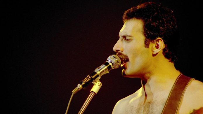 Freddie Mercury mit einem Mikrofon