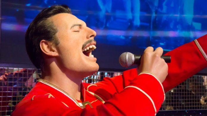 Freddie Mercury in einer roten Robe